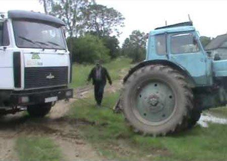 Вытаскиваем застрявшую грузовую машину с полуприцепом